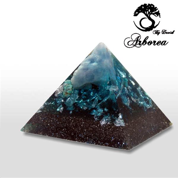 Orgone pyramide à la main